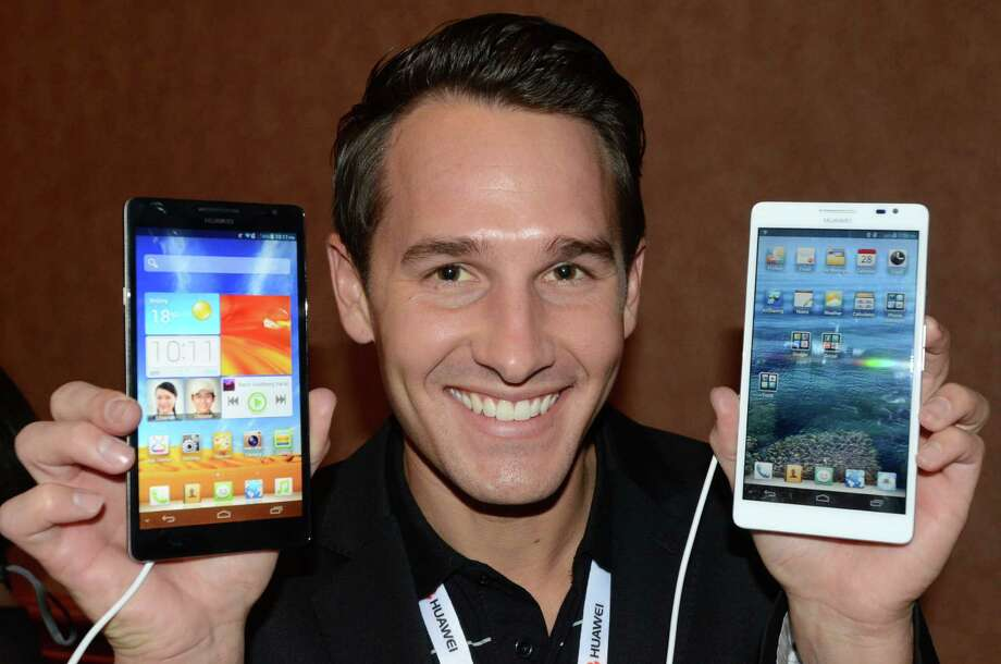Huawei production specialist Scott Murphy shows soon-to-be released new smartphones Huawei Ascend Mate. Photo: JOE KLAMAR, AFP/Getty Images / AFP