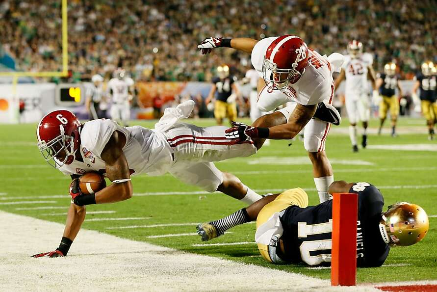 MIAMI GARDENS, FL - JANUARY 07:  Ha'Sean Clinton-Dix #6 of the Alabama Crimson Tide intercepts a pas