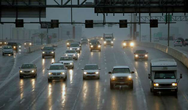 Cars drive in a light rain along Loop 410 near Blanco Road. Photo: William Luther, San Antonio Express-News / © 2013 San Antonio Express-News