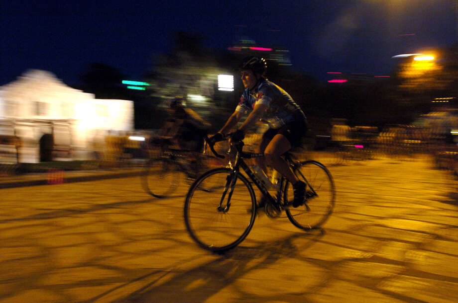 METRO - Cyclists ride along Alamo Plaza during their regular Thursday night ride on Aug. 5, 2004. About 100 bike enthusiasts gather at Bike World on Broadway weekly to traverse the city along Olmos Dam, St. Mary's, King William, Alamo and Broadway. BILLY CALZADA / STAFF Photo: BILLY CALZADA, SAN ANTONIO EXPRESS-NEWS / SAN ANTONIO EXPRESS-NEWS
