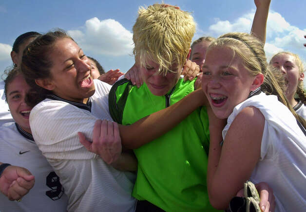 Goalkeeper Shira Leffel (center) and the Clark Cougars reached the Class 5A state tournament in 2001, the only Northside ISD school to make it. Photo: WILLIAM LUTHER, SAN ANTONIO EXPRESS-NEWS / SAN ANTONIO EXPRESS-NEWS