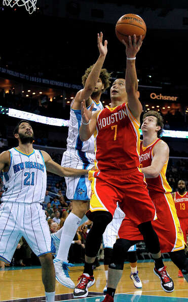 Jeremy Lin (7) goes to the basket against Hornets center Robin Lopez (15) and point guard Greivis Va