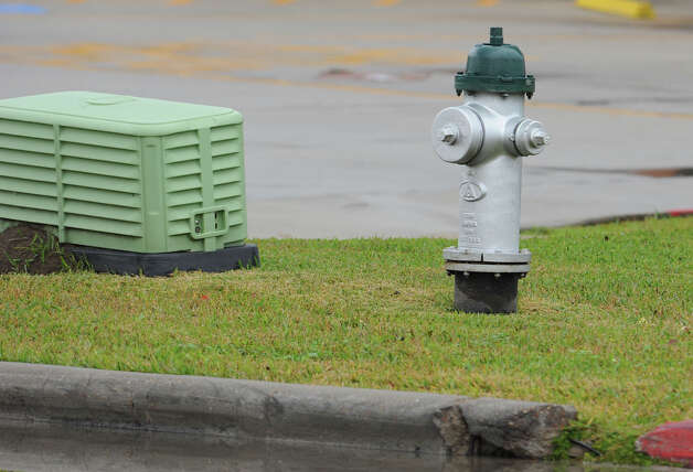 Water hydrant  at Dowlen Road shopping center. Photo taken Thursday, January 10, 2013 Guiseppe Barranco/The Enterprise Photo: Guiseppe Barranco, STAFF PHOTOGRAPHER / The Beaumont Enterprise
