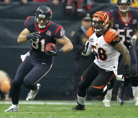 Houston Texans tight end Owen Daniels (81) runs the ball against Cincinnati Bengals middle linebacker Rey Maualuga (58) during the first quarter of an AFC playoff game at Reliant Stadium, Thursday, Jan. 6, 2013, in Houston. Photo: Karen Warren, Houston Chronicle / © 2012 Houston Chronicle