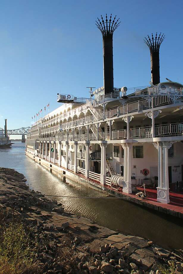 The paddle-wheeler steamboat American Queen docks along the Mississippi in Natchez, Miss., during a cruise out of New Orleans. Photo: Spud Hilton, The Chronicle
