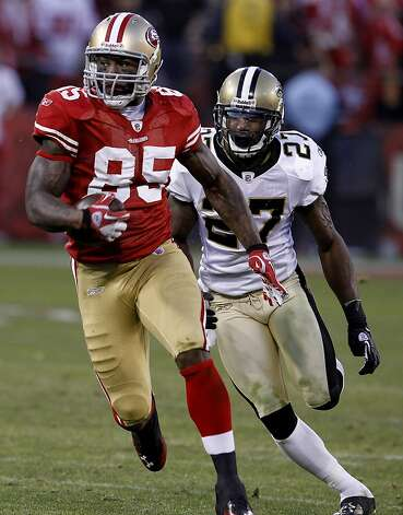 "Vernon Davis runs down the sidelines after a catch late in the fourth quarter. Davis' catch, on a route dubbed the ""Vernon Post,"" gave the 49ers their first playoff victory in nine years and sent them to their first NFC title game in 14 years. Photo: Brant Ward, The Chronicle"