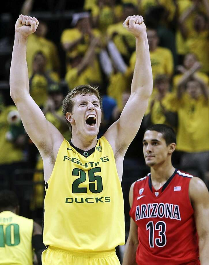 Oregon's E.J. Singler (25) celebrates as Arizona's Nick Johnson looks for answers during the Ducks' upset. Photo: Chris Pietsch, Associated Press
