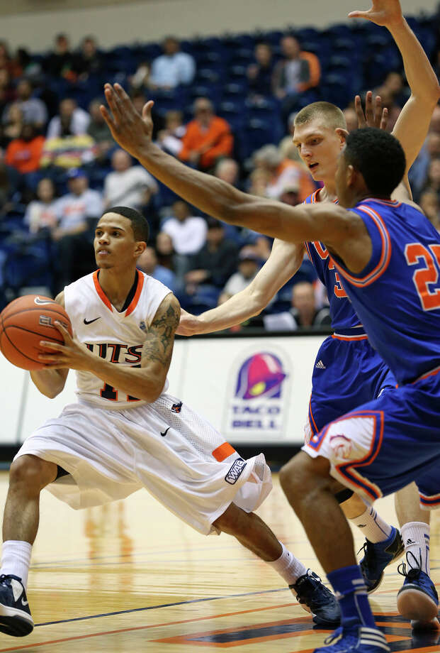 Roadrunner guard Michael Hale III passes out to an open shooter after driving the lane as UTSA plays UTA at the UTSA Convocation Center in men's basketball on January 10, 2013. Photo: Tom Reel, Express-News / ©2012 San Antono Express-News