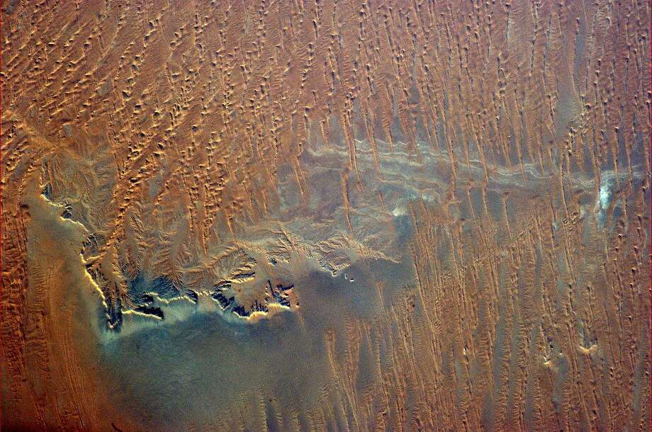 Hadfield Tweets: Even from 400 km up you can sense the searing dryness of southern Saudi Arabia.