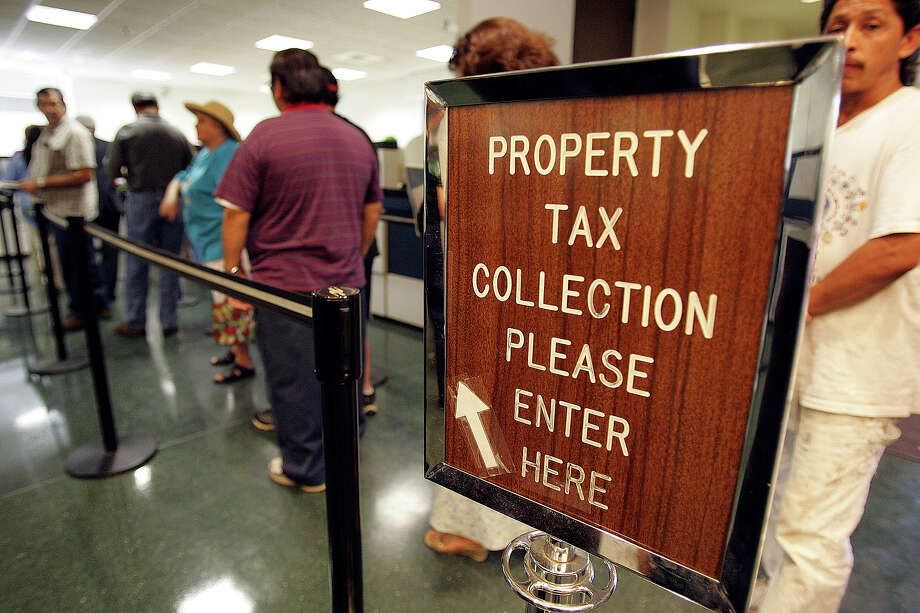 Property tax payers line up at Bexar County offices near downtown in 2005. Photo: KIN MAN HUI, SAN ANTONIO EXPRESS-NEWS / SAN ANTONIO EXPRESS-NEWS