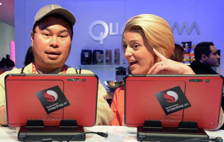 Consumers check tablets at Qualcomm's booth. Photo: JOE KLAMAR, AFP/Getty Images / AFP