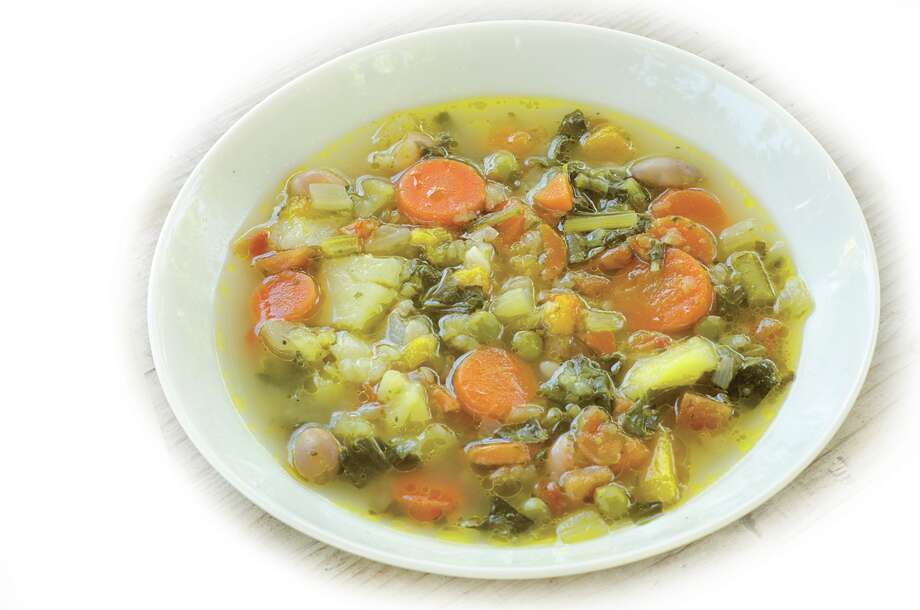 Eat a broth-based soup with vegetables. (Fotolia) Photo: Alessio_Orru' / Alessio_Orru'