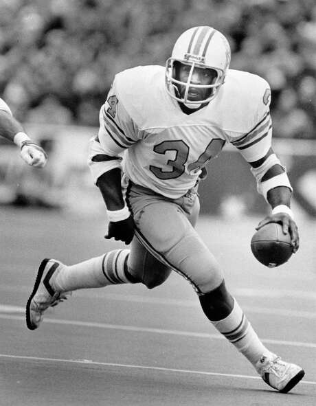 The Oilers' Earl Campbell found some running room against the Patriots in their 1978 playoff game, finishing with 118 rushing yards. Photo: STEVE UECKERT, STAFF / HOUSTON CHRONICLE