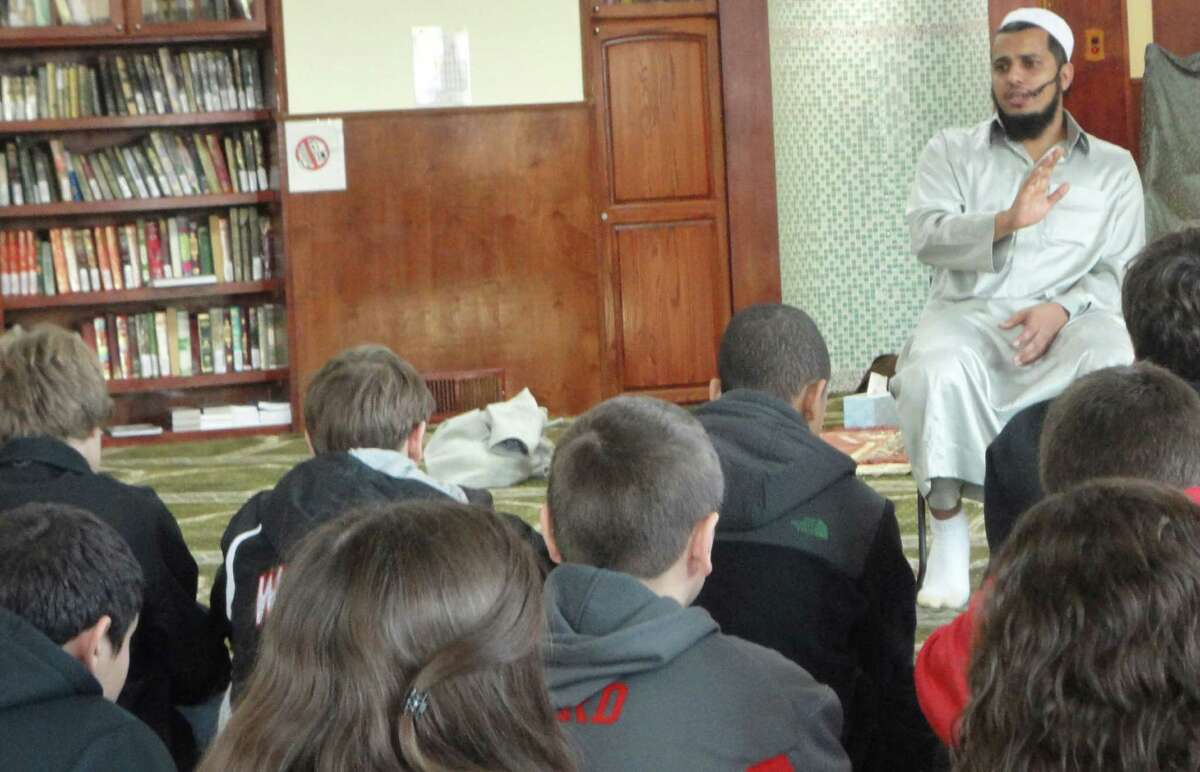 Imam Saleh Mohammed of Masjid An-Noor/ Bridgeport Islamic Society in Bridgeport explains Islam to the Fairfield Warde High School freshmen visiting the mosque Tuesday. Fairfield CT 1/8/13
