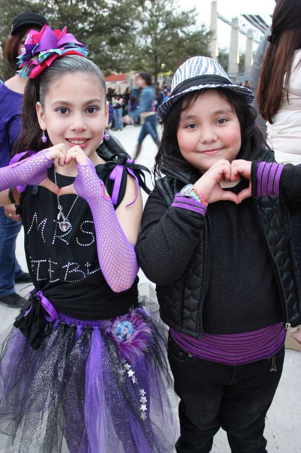 Fans arrive to see Justin Bieber at the AT&T Center on Saturday, Jan. 12, 2013. Photo: Libby Castillo,  For MySA.com