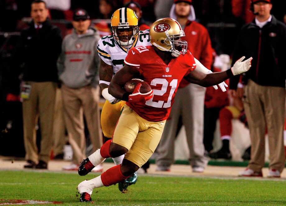 Running back Frank Gore (21) runs downfield to set the Niners up for their first touchdown during the first quarter of the San Francisco 49ers game against the Green Bay Packers in the NFC Divisional Playoffs at Candlestick Park in San Francisco, Calif., on Saturday January 12, 2013. Photo: Carlos Avila Gonzalez, The Chronicle / ONLINE_YES