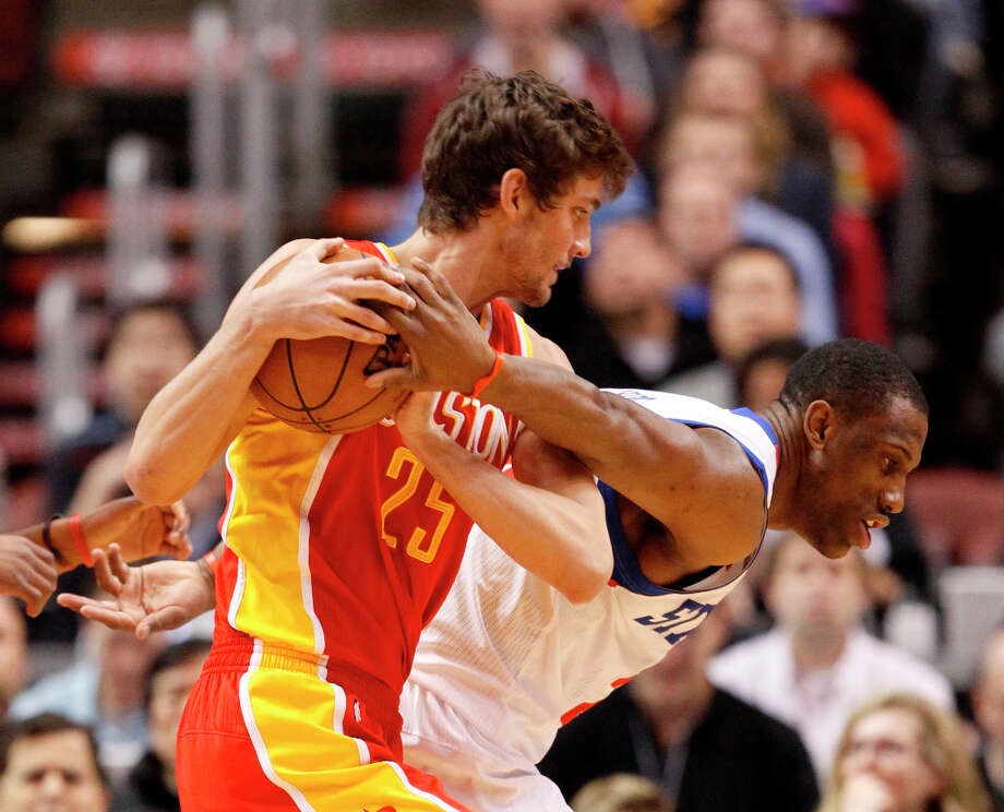 Thaddeus Young, right tries to reach behind his back in an attempt to steal the ball from Chandler Parsons. Photo: RON CORTES, McClatchy-Tribune News Service / Philadelphia Inquirer