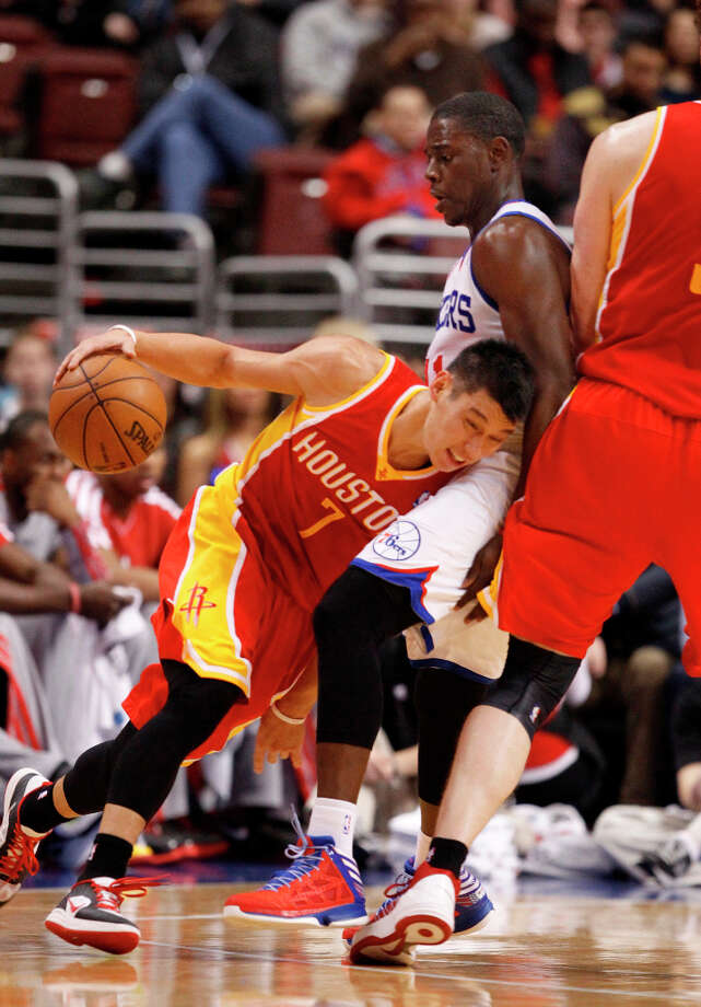 Jrue Holiday tries to slow Jeremy Lin. Photo: RON CORTES, McClatchy-Tribune News Service / Philadelphia Inquirer