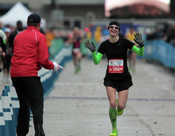 Alyson Dunn nears the finish line. Photo: James Nielsen, Chronicle / © Houston Chronicle 2013