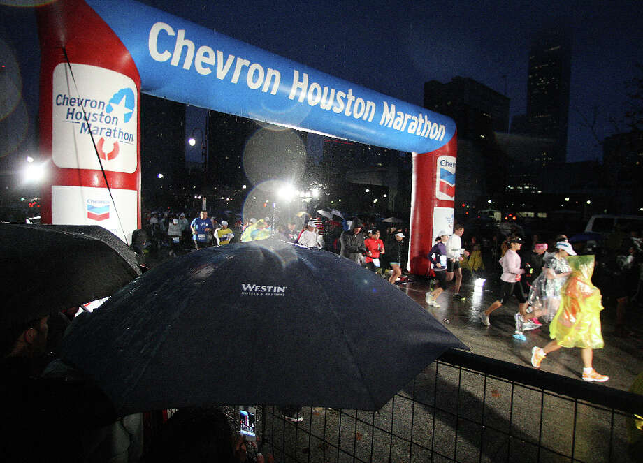 Runners leave the starting line during the Chevron Houston Marathon. Photo: James Nielsen, Chronicle / © Houston Chronicle 2013