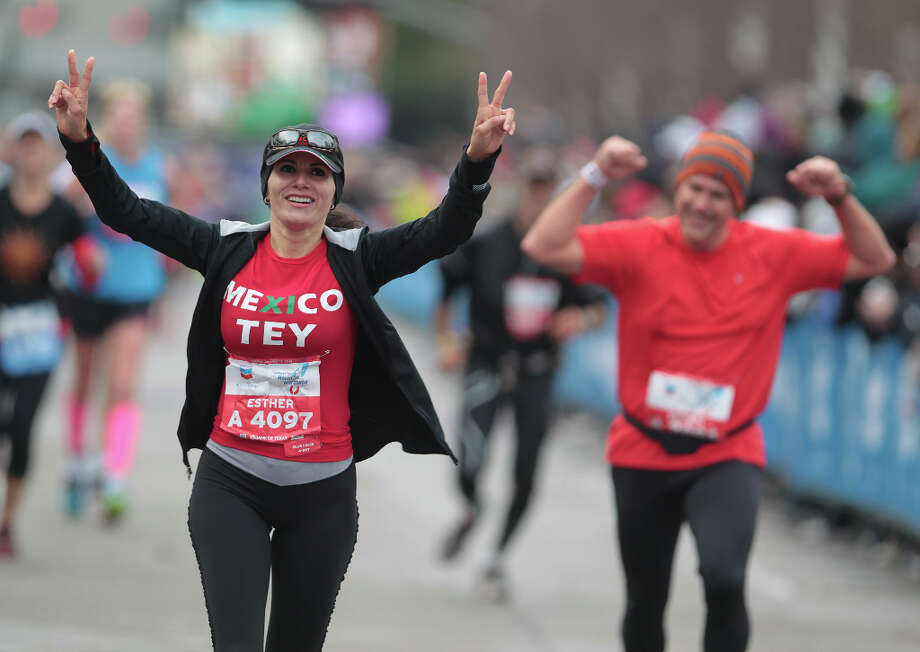 Maria Esther Paredes nears the finish line. Photo: James Nielsen, Chronicle / © Houston Chronicle 2013