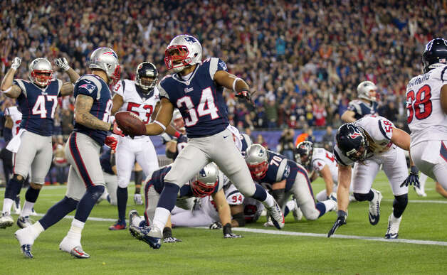 Patriots running back Shane Vereen (34) runs for a touchdown during the first quarter. Photo: Brett Coomer, Houston Chronicle / © 2013  Houston Chronicle