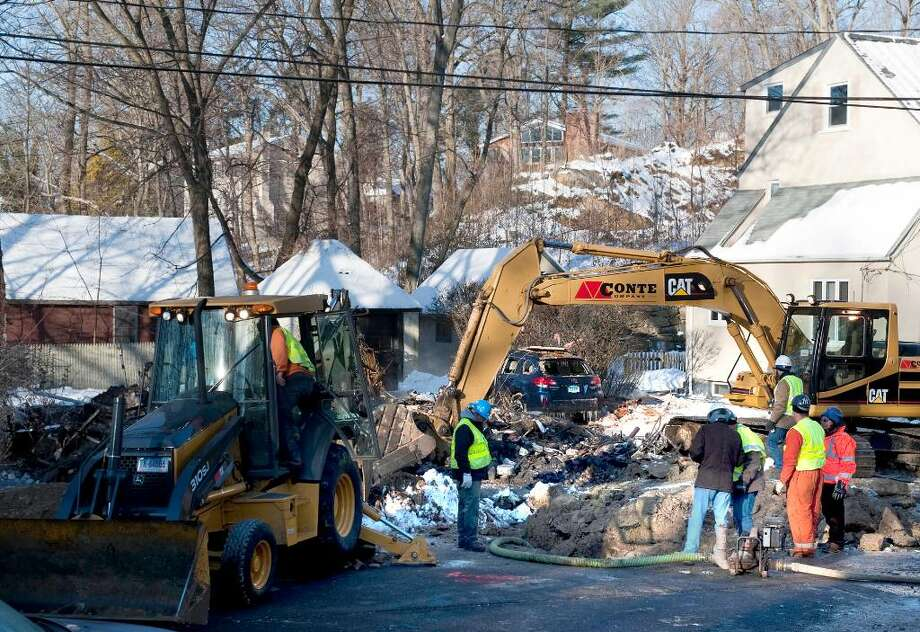 An explosion in Norwalk leveled a house on Ohio Ave. Ext. emergency crews including Yankee Gas are investigating Wednesday Dec. 23, 2009. Photo: Douglas Healey, (Photo/Douglas Healey For Stamford Advocate). / Stamford Advocate