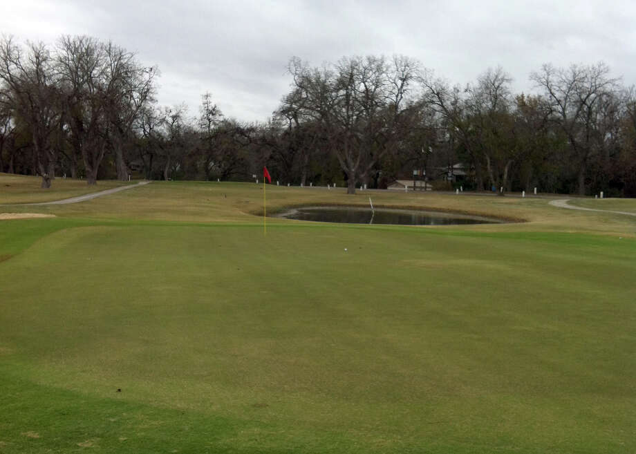 The par-3 No. 2 at Starcke Park Golf Club in Seguin offers a water hazard to the left in front of the green. Photo: LeAnna Kosub, San Antonio Express-News