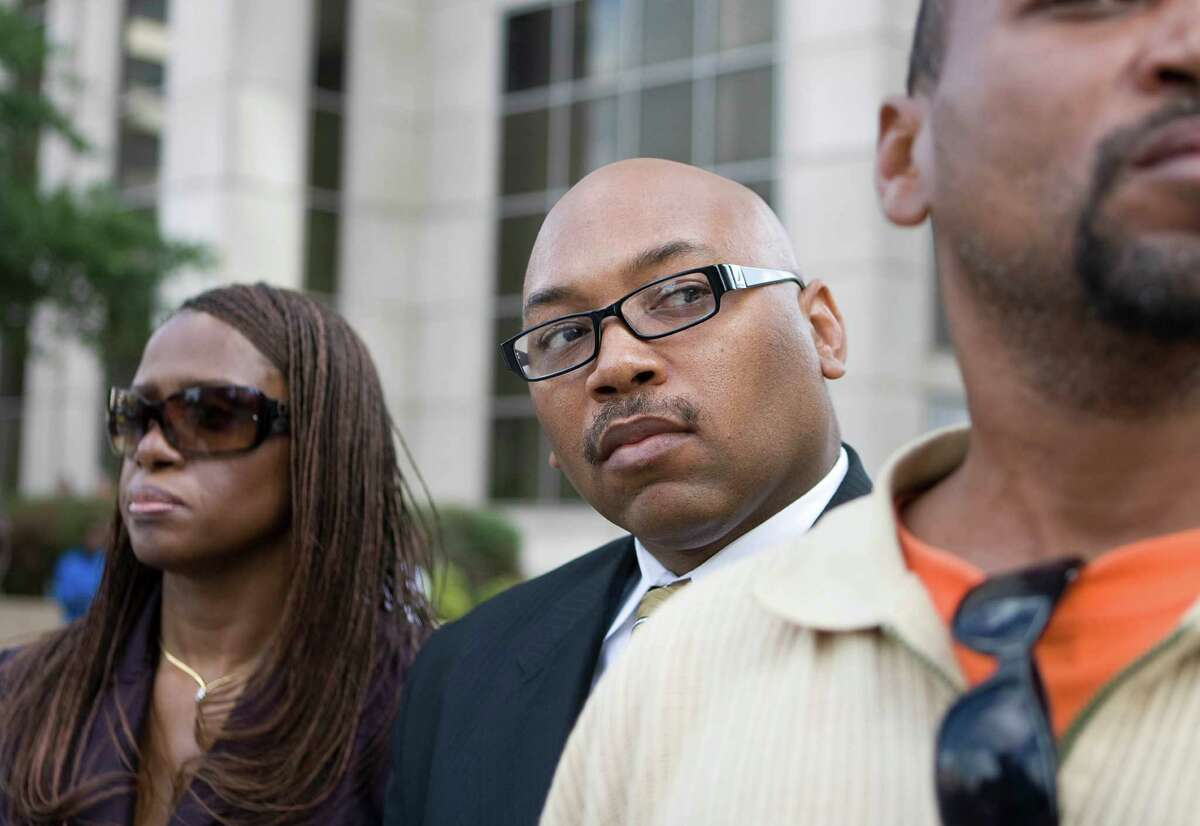 Houston Police Officer Anthony Foster, who is accused of taking bribes, leaves the Harris County Justice Center Monday, July 27, 2009, in Houston. ( Nick de la Torre / Chronicle )