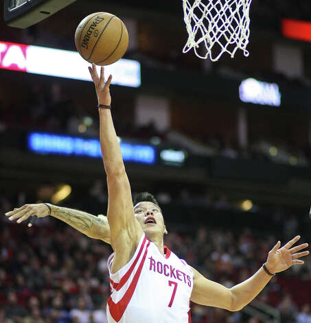 Rockets guard Jeremy Lin sweeps past Clippers guard Matt Barnes for a basket. Photo: Nick De La Torre / © 2013  Houston Chronicle