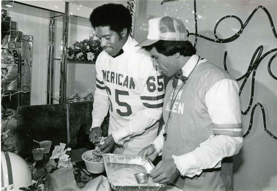 Houston Oiler Elvin Bethea and sportscaster Bob Allen cook Cheese Grits Souffle at the 1980 March of Dimes Gourmet Gala held at the Summit. Photo: Larry Reese, Houston Chronicle / Houston Chronicle