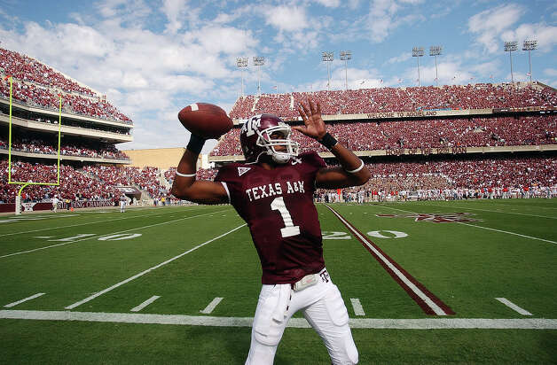 Texas A&M quarterback Reggie McNeal warms up on the sidelines at Kyle Field prior to their Big 12 game against Iowa State in College Station on Oct. 29, 2005. Photo: Billy Calzada, San Antonio Express-News / SAN ANTONIO EXPRESS-NEWS