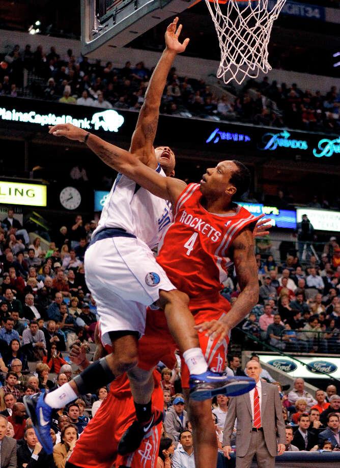 Mavericks shooting guard Dahntay Jones (30) drives to the basket against Rockets power forward Greg Smith. Photo: Paul Moseley, McClatchy-Tribune News Service / Fort Worth Star-Telegram