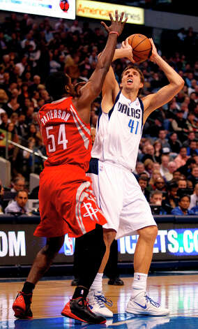 Rockets power forward Patrick Patterson (54) guards Mavericks power forward Dirk Nowitzki. Photo: Paul Moseley, McClatchy-Tribune News Service / Fort Worth Star-Telegram