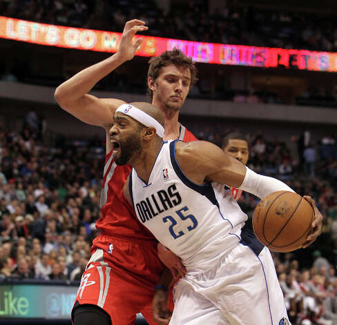 Mavericks shooting guard Vince Carter (25) drives against Rockets small forward Chandler Parsons. Photo: Brad Loper, Staff Photographer / 20004632A