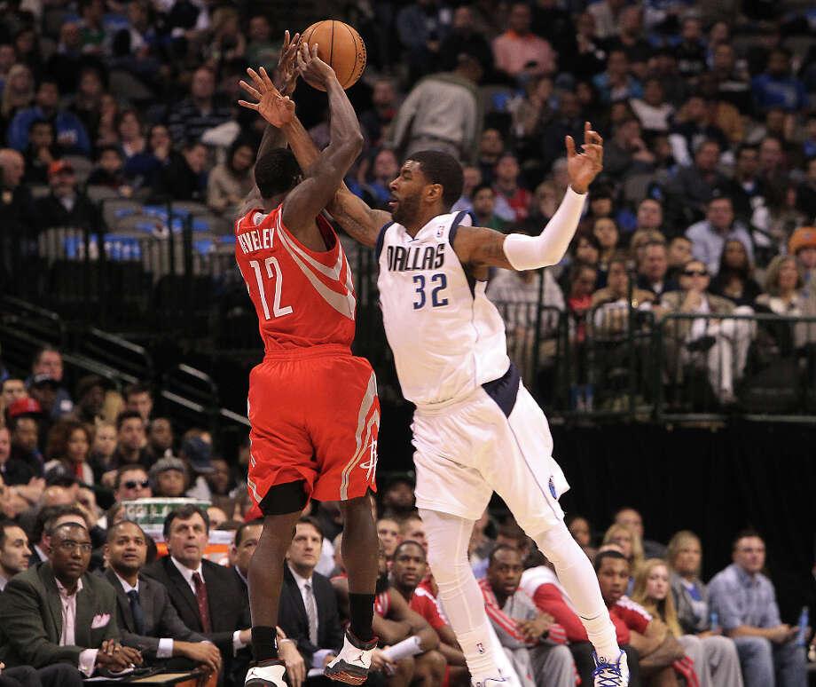 Mavericks shooting guard O.J. Mayo fouls Rockets point guard Patrick Beverley while trying to intercept a pass. Photo: Brad Loper, Staff Photographer / 20004632A