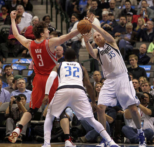 Mavericks center Chris Kaman battles for a rebound with Rockets center Omer Asik. Photo: Brad Loper, Staff Photographer / 20004632A