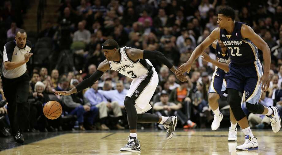 San Antonio Spurs' Stephen Jackson goes for a loose ball as Memphis Grizzlies' Rudy Gay tries to beat him during the second half at the AT&T Center, Wednesday, Jan. 16, 2013. The Spurs won 103-82. Photo: Jerry Lara, San Antonio Express-News / © 2013 San Antonio Express-News