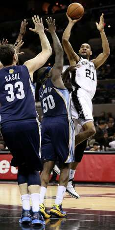 San Antonio Spurs' Tim Duncan shoots over Memphis Grizzlies' Marc Gasol and Zach Randolph during the second half at the AT&T Center, Wednesday, Jan. 16, 2013. The Spurs won 103-82. Photo: Jerry Lara, San Antonio Express-News / © 2013 San Antonio Express-News