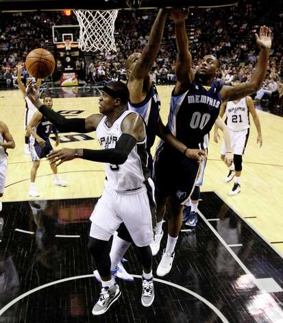 San Antonio Spurs' Stephen Jackson goes under the basket as Memphis Grizzlies' Marreese Speights, center, and Darrell Arthur defend during the first half at the AT&T Center, Wednesday, Jan. 16, 2013. The Spurs won 103-82. Photo: Jerry Lara, San Antonio Express-News / © 2013 San Antonio Express-News