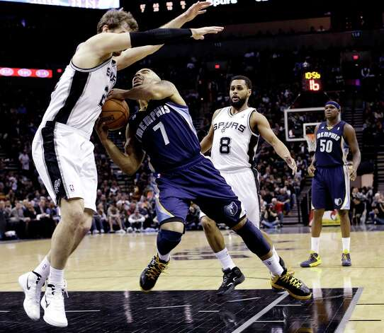 Memphis Grizzlies' Jerryd Bayless (7) runs into San Antonio Spurs' Tiago Splitter, left, of Brazil, during the fourth quarter of an NBA basketball game, Wednesday, Jan. 16, 2013, in San Antonio. The Spurs won 103-82. Photo: Eric Gay, Associated Press / AP