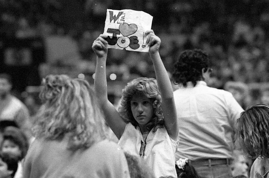 Another scene from the 1989 show. This NKOTB fan looks like she spent three hours feathering her hair, which only left enough time to knock out a We (Heart) Joe sign on the back of her math homework. Photo: Vincent Maggiora, The Chronicle / ONLINE_YES