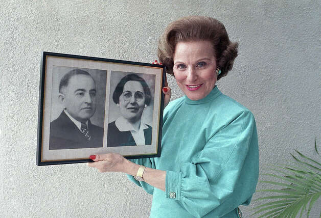 FILE — Abigail Van Buren holds a photograph showing her mother and father at her home in Beverly Hills, Calif., Dec. 1986. In 1905, her parents Abraham Friedman and Rebecca Rushall were faced with the decision of a lifetime, whether to leave Russia. It would be 13 years before Rebecca gave birth to the twins who would become America's best-loved advice columnists. Photo: Doug Pizac, ASSOCIATED PRESS / AP2009