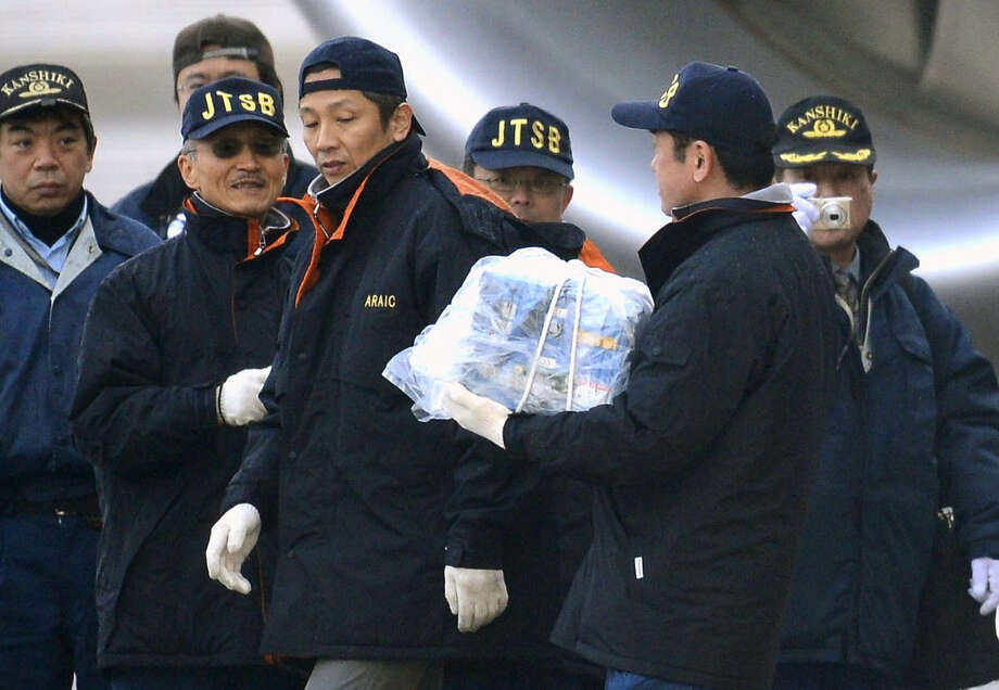 An official carries a main battery that was removed off an electrical room beneath the flight deck of an All Nippon Airways Boeing 787 at Takamatsu airport in Takamatsu, Japan, Thursday, Jan. 17, 2013. Photo: AP