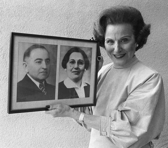 FILE--Abigail Van Buren, better known as Dear Abby, holds a photo showing her mother and father as she stands in her home in Beverly Hills, Calif., in this June 11, 1986 file photo. Advice columnists Van Burens and Ann Landers who are twins, showed up Saturday, June 2, 2001 to celebrate their big sister, Helen Brodkey's 90th birthday at the nursing home where she lives. Van Buren and Landers say they could always count on advice from their big sister whether they wanted it or not. Photo: DOUG PIZAC, AP / AP