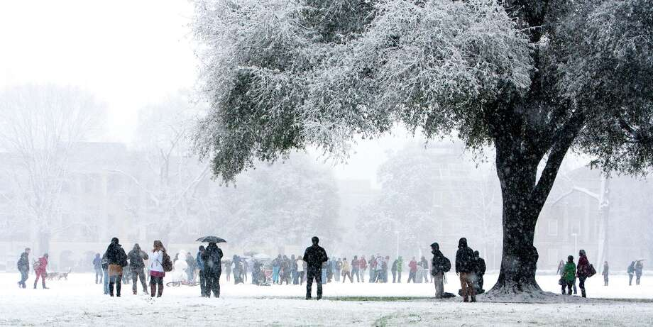 Hundreds of students gathered at the quad of the University of Alabama campus on Thursday Jan. 17, 2012 as heavy snow fall coated Tuscaloosa, Ala. Photo: Robert Sutton, Associated Press / The Tuscaloosa News