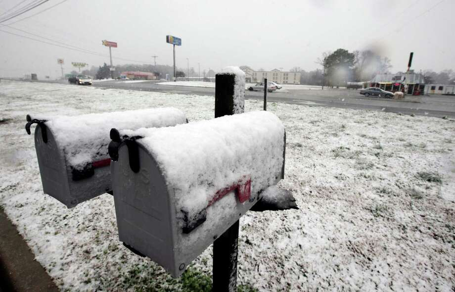Heavy fall snows in Decatur, Ala., Thursday, Jan. 17, 2013. Snow fell in Central and North Alabama, sending kids home from schools early along with other closures. Photo: Dave Martin, Associated Press / AP