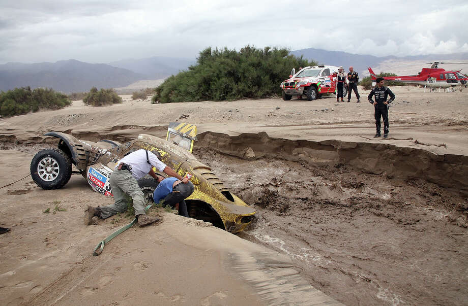 The car of French Pacal Thomasse remains stuck during the Stage 11 of the Dakar 2013 between La Rioja and Fiambala, Argentina, on January 16, 2013. The rally takes place in Peru, Argentina and Chile between January 5 and 20. Photo: POOL, AFP/Getty Images / 2013 AFP