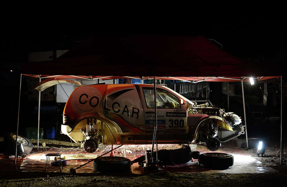 Work is carried out on the car of Hernan Kim after stage 11 from La Rioja to Fiambala during the 2013 Dakar Rally on January 16 in Fiambala, Argentina. Photo: Shaun Botterill, Getty Images / 2013 Getty Images