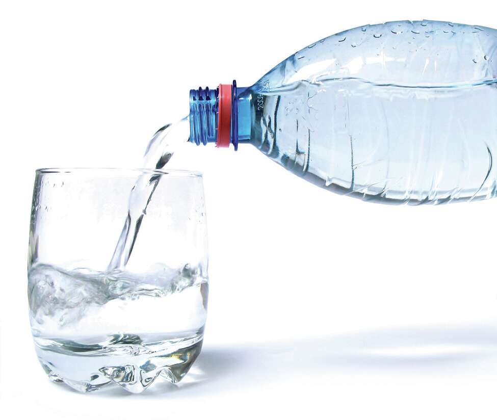 Keep yourself hydrated to avoid dry skin. (Fotolia.com)